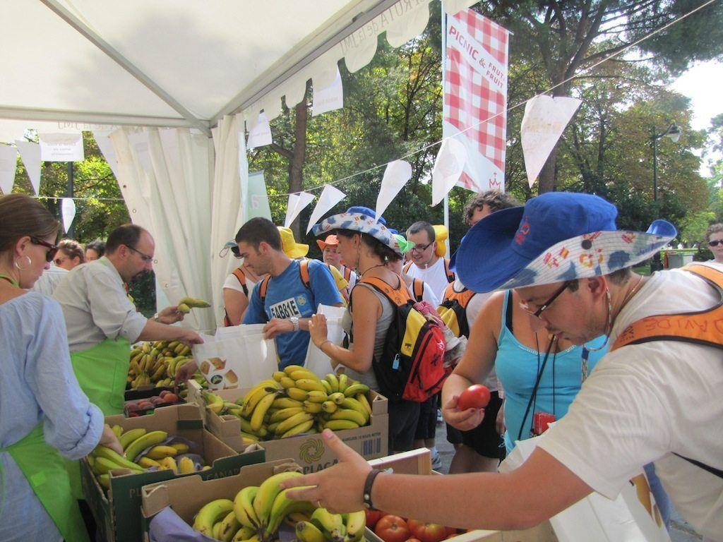 La fruta, alegría para los peregrinos y voluntarios de la JMJ 2011