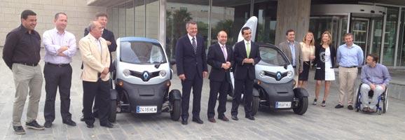 Els Batles, els membres del Consell Insualr i del Govern Balear presentant els punts de repostatge dels cotxes elèctrics