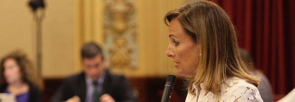 Mabel Cabrer en el Pleno, anunciando la puesta en marxa de la reforma de las administraciones públicas