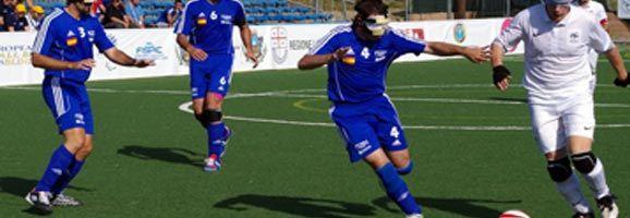Jugadores de la selección española de fútbol 5 para ciegos totales disputando un partido
