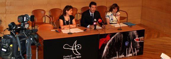 """El teniente de alcalde, Fernando Gilet, presentando la exposición """"Miró. Poesía y Luz"""""""