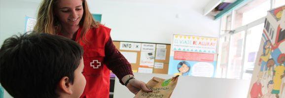 Creu Roja col·labora amb les famílies, Facilitant Berenars a nins i nines