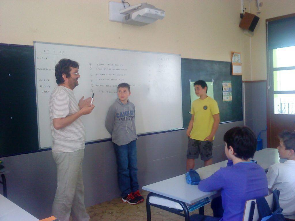 Soca de Mots ensenyant l'art del glosat als escolars menorquins