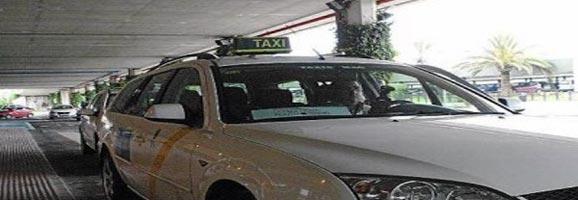 Cua de vehícles a la parada de servei de Taxis a l'Aeroport de Menorca