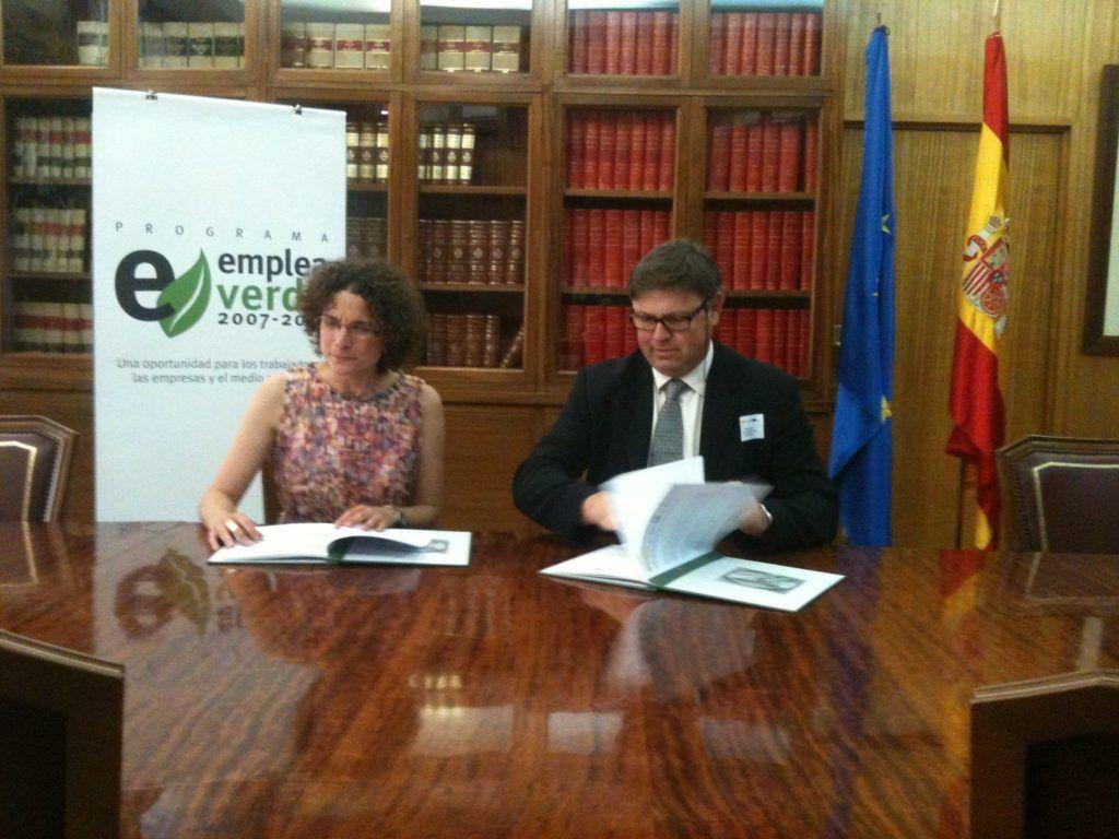 El conseller d'Economia, Medi Ambient i Caça del Consell Insular de Menorca, Fernando Vilallonga, signant el conveni conveni en nom de la Institució insular amb Sonia Castañeda, la directora de la Fundació Biodiversitat.