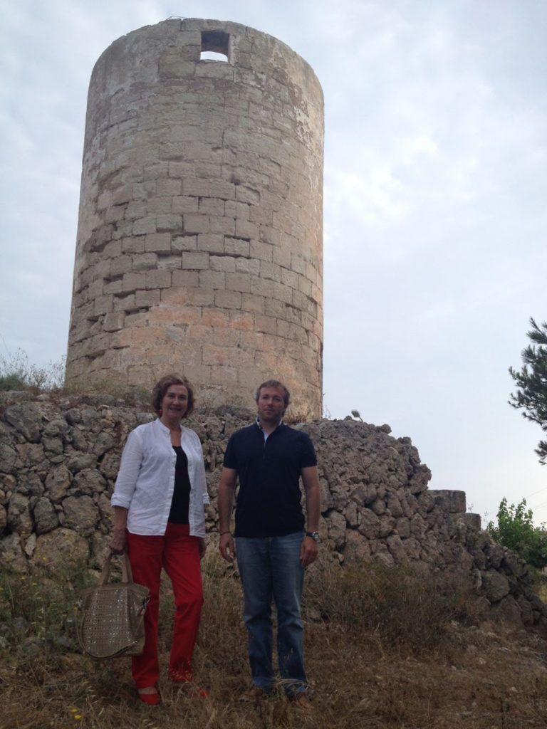 El batle des Castell, Lluís Camps Pons, visita el molí de vent fariner  d'interès i valor històric, que actualment es troba en situació d'abandonament.