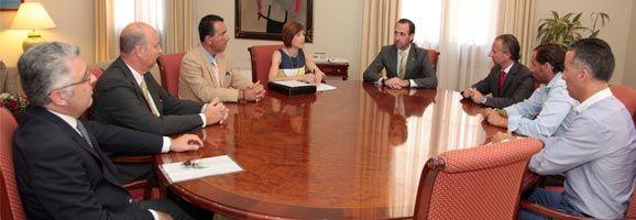 Los puertos deportivos integrados en la Asociación de Instalaciones Náuticas Deportivas de Baleares (ANADE) reunidos con el presidente del Govern de les Illes Balears, José Ramón Bauza.