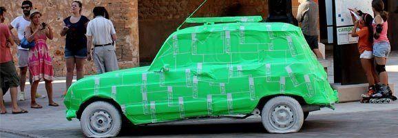 L'automòbil recobert dels colors de la imatge corporativa d'ARTNIT, a Campos, va ser l'objectiu de totes les mirades del veÏnat.