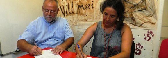 Moment de la Signatura de l'Acord de Cooperació entre els representants d'ASPROM i Fundació Deixalles