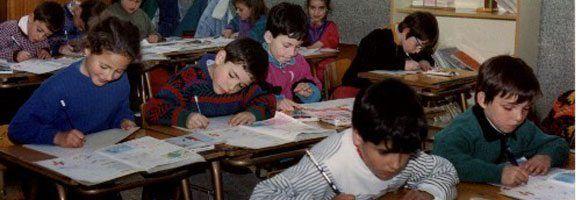 Escolares realizando sus tareas en el centro docente que los ha seleccionado.