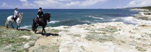Imagen publicitaria de Fundació Destí para promocionar el Turismo Ecuestre en Menorca.