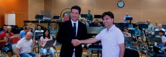 Fernando Gilet va presentar al nou director de la Banda Municipal de Música de Palma, Salvador Sebastià López.