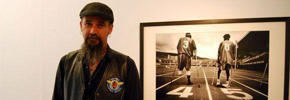 """Pep Bonet, artista d'obres emmarcades dins el fotoperiodisme, presentant la Sèrie """"One Goal"""" 2002-2007."""