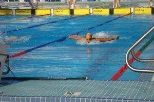 Pepe Mercadal compitiendo en natación, estilo mariposa.