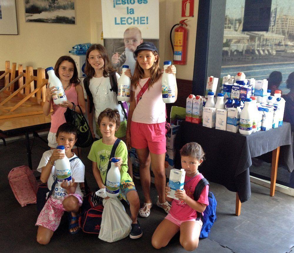 Los jóvenes aprendices de navegantes colaborando en la recogida de leche para los niños más desfavorecidos de las Islas Baleares.