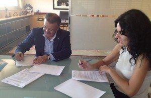 Santiago Tadeo y Sandra Fernández signant el conveni per a mantenir les 176 places per a discapacitats als centres de Menorca