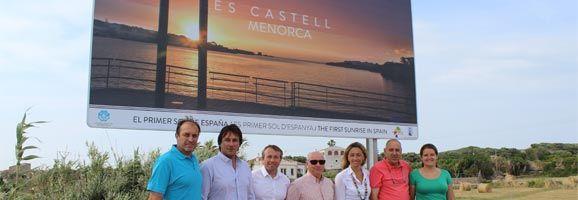 Presentación de una de las vallas publicitarias que promocionan la visualización del primer amanecer de España, el amanecer de Es Castell.