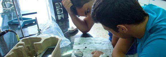 Estudiants desenvolupant la idea del seu projecte científic, centrat en la robòtica.