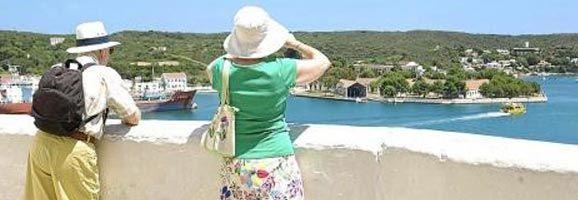 Turistas contemplando el paisaje del Puerto de Mahón.