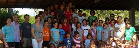 La consellera d'Educació, Cultura i Universitats, Joana Maria Camps, amb els nens i nenes de La Victòria.