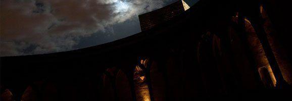 Imatge de l'espectacle 'Les veus de Bellver', visita dramatitzada i nocturna al castell de Bellver.