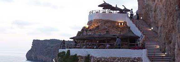 Sa Cova den Xoroi, a Cala en Porter, atreu nombrosos visitants cada estiu.