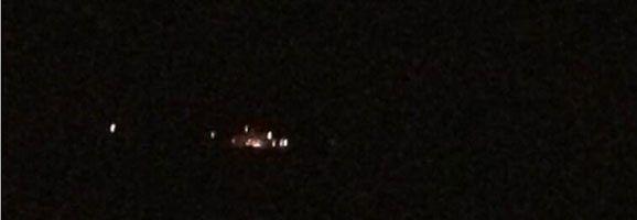 Fotografía supuestamente tomada por un usuario de Twitter y remitida por una familia embarcada en el Jaume I la noche del suceso. El color anaranjado sería el fuego de la parte trasera de la embarcación.