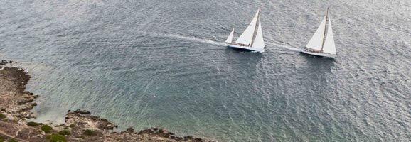 Embarcaciones de época cruzando la entrada del puerto de Mahón.