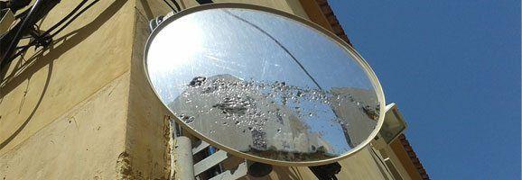 Mirall situat a la intersecció de carrers La Plana i Santa Eulàlia, a Maó.
