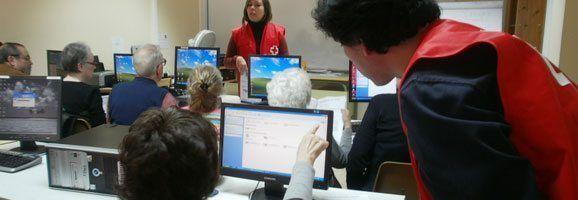 Clase impartida por Cruz Roja para fomentar el uso de nuevas tecnologías por parte de las personas mayores.