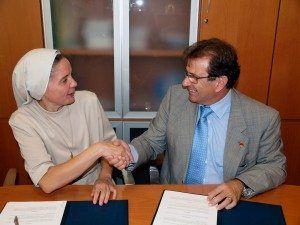 Canel y Huguet tras firmar  el convenio de formación de profesores.