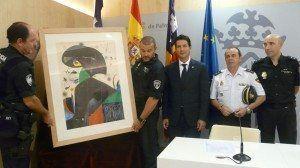 (De izquierda a derecha) El teniente de alcalde de Cultura y Deportes, Fernando Gilet, el jefe de la UDYCO, Antonio Suárez, y el jefe de robos y patrimonio histórico, Manuel Acerete con la maqueta de Joan Miró.