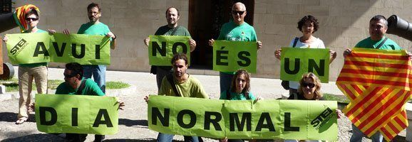 "Membres de l'STEI cantant la consigna ""Today is a not normal day"" en anglès i català."