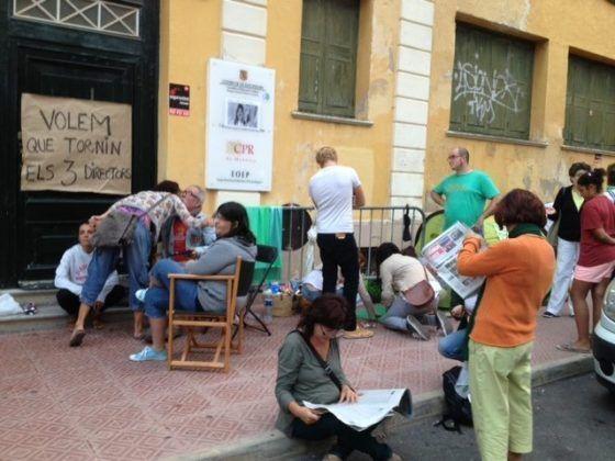 El col·lectiu de famílies concentrades de manera indefinida davant la Delegació Territorial d'Educació a Maó.