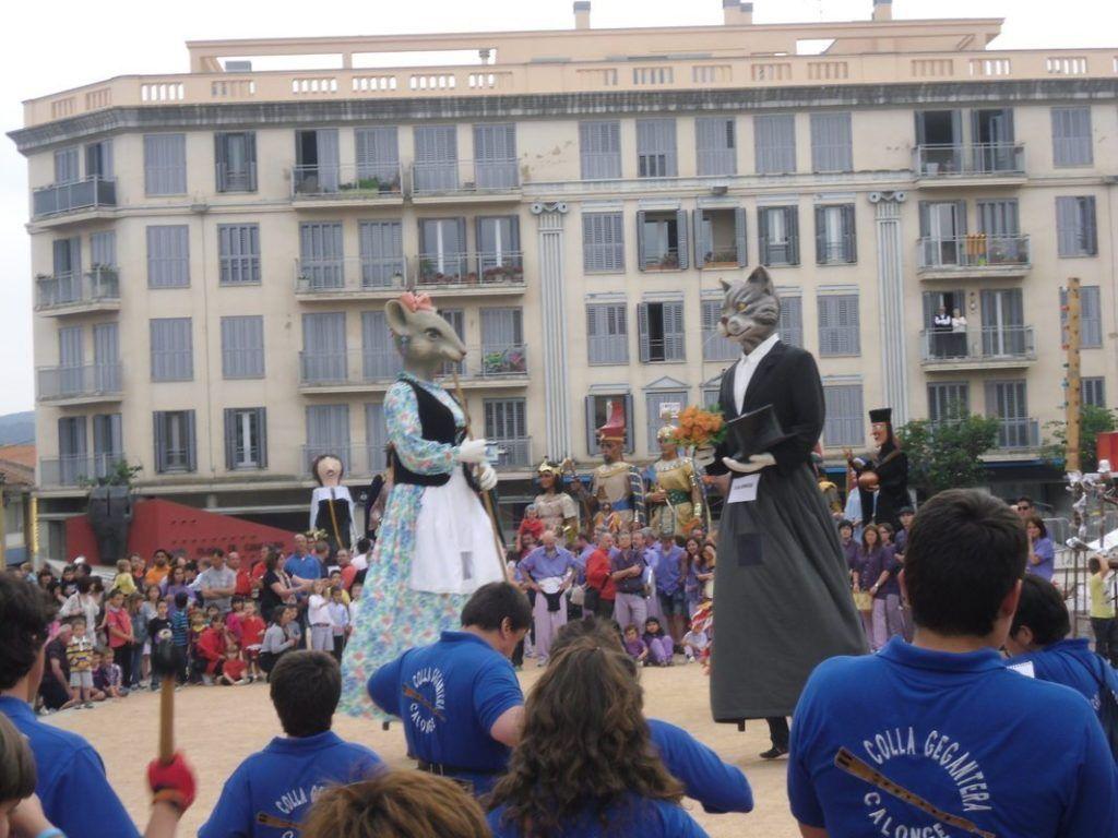 El moix Martí i la ratolina Valentina realitzant el seu ball festiu.