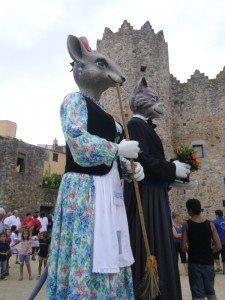 Els Gegants de Calonge representen els entranyables personatges del famós conte de la Rateta que escombrava l'escaleta i el seu galant, el moix.