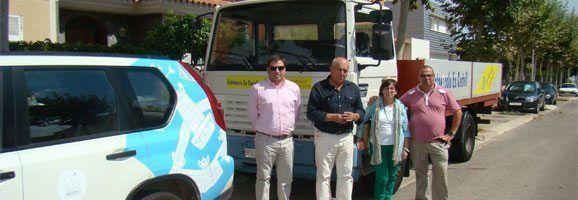 Lucia i Antoni Sans Cardona, germans i propietaris de l'autoescola, cedint el camió a Luís Alejandre, conseller de Mobilitat i Projectes.
