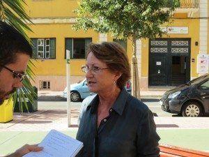 Cristina Rita en roda de premsa per parlar sobre la sitació actual de l'educació, davant l'Escola d'Art de Menorca.