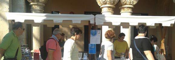 Hoy se celebra el Día Internacional del Turismo en Menorca. La gente ha podido pasear y observar el puesto establecido en la Plaza Constitución de Maó.