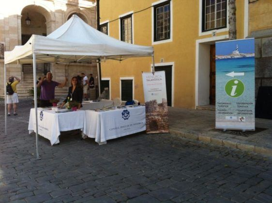 Estante establecido en la Plaza Constitución por la celebración del  Día Internacional del Turismo en Menorca.