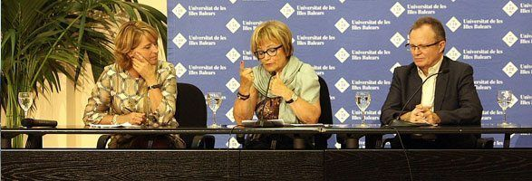 Rosa Estaràs, Doris Pack y Llorenç Huguet presentando en la UIB una conferencia sobre Erasmus+.