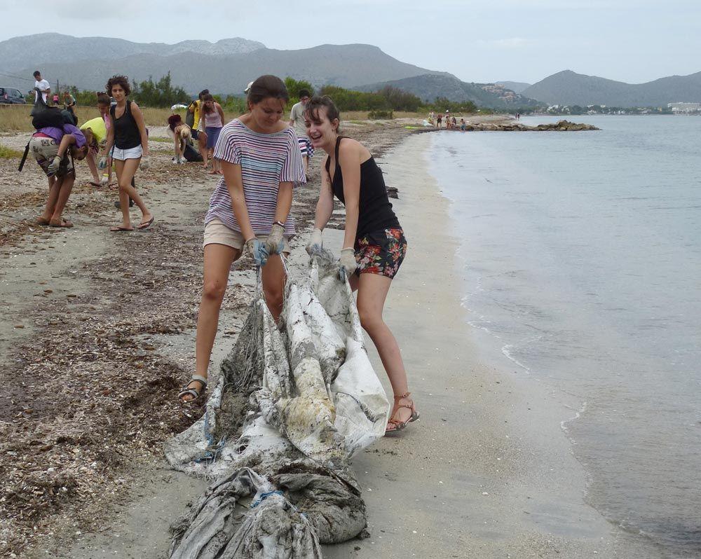 Voluntaris del GOB netegen la platja de Can Cullerassa