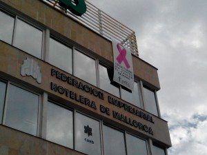 La Federación Empresarial Hotelera de Mallorca da su soporte al Día Mundial del Cáncer de Mama, instalando por tercera vez consecutiva el lazo rosa en su fachada.