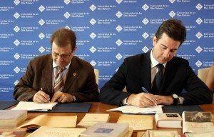 Fernando Gilet y Llorenç Huguet, firmando el convenio para la cesión de libros a la Universidad.