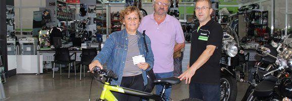 La guanyadora de la bicicleta rebent el seu premi a Motos Sant Lluís.