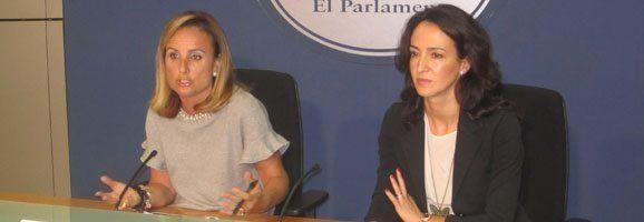 La portavoz del Grupo Parlamentario Popular, Mabel Cabrer, y la portavoz de Turismo, Lourdes Bosch.