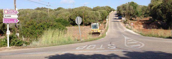 Fotografies de les obres que el Consell Insular de Menorca està portant a terme a la carretera de Torralba per tal d'instal·lar dos aerogeneradors.