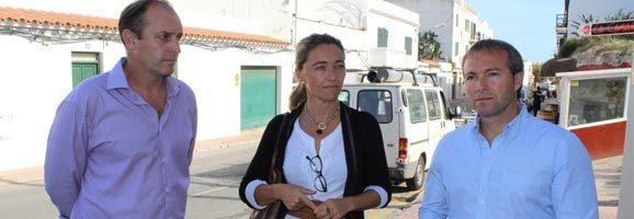 La Consellera de Turismo, Salomé Cabrera, el alcalde de Es Castell, Lluís Camps y el concejal de Urbanismo, Florencio Conde, en el municipio de Es Castell.