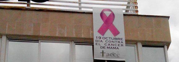 Pancarta en el edificio de la Federación Hotelera de Mallorca dando soporte a la Asociación Española Contra el Cáncer.