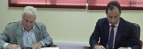 Los presidentes de Pime-Menorca y Fenie Energía firman el acuerdo en la sede de Pime en Maó.